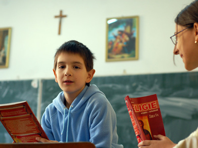 Alex Popa, elev in clasa a 5-a la Liceul Nikolaus Lenau din Timisoara participa la ora de religie, miercuri, 22 noiembrie 2006. Consiliul National pentru Combaterea Discriminarii va hotari saptamana asta o posibila interzicere a icoanelor si a altor simboluri religioase in scoli. LUIZA PUIU / MEDIAFAX FOTO