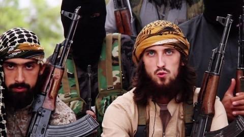 militantii-francezi-ai-statului-islamic-s-au-filmat-cum-ard-pasapoarte-si-ii-indeamna-pe-musulmani-sa-atace-europa-145-1416570802-480x269
