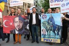 Protest fata de moscheea din Bucuresti: Mars cu cantece legionare in centrul Capitalei (Video)