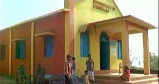 Oameni Inarmati au atacat o biserica penticostala in India – Pastorul Deenbandhu Sameli si sotia lui gravida la un pas sa fie arsi de vii de agresori
