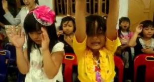 Indonezia: Copiii lauda pe Dumnezeu și se roaga pentru părinții lor