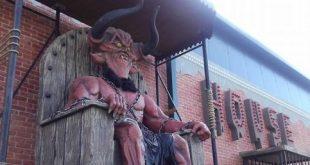 Parc de distracții pentru copii în București, străjuit de statuia diavolului. Simțiți-vă bine, diavolul e cu copiii, în parc!