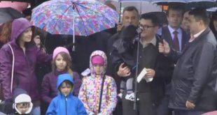 MARE MITING LA ORADEA – Românii ies în stradă pentru modificarea Constituției. Familia Bodnariu, prezentă
