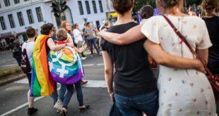 """Școală catolică, obligată să renunțe la cuvintele """"mamă"""" și """"tată"""": Discriminează cuplurile gay"""