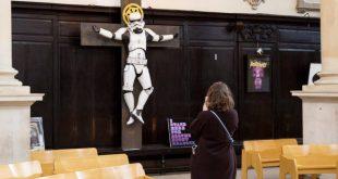 Statuia unui soldat STORMTROOPER (din filmul Star Wars) CRUCIFICAT intr-o Biserică Anglicană din Londra