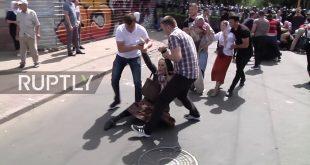VIDEO: Forțele de ordine i-au AGRESAT cu brutalitate pe creștinii care manifestau pașnic, cu rugăciuni și cântece, împotriva unui marș al homosexualilor prin Chișinău.