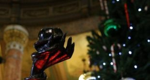 Statul Illinois îl primește pe Satan lângă Pomul de Crăciun